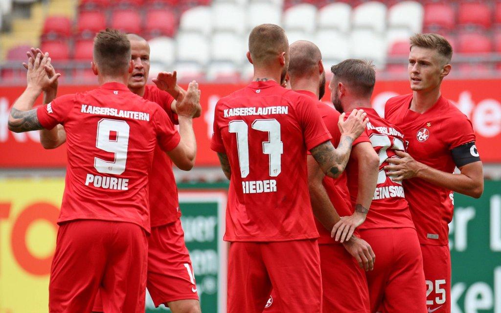 1.FC Kaiserslautern - SV Sandhausen emspor, v.l. Torjubel des 1.FC Kaiserslautern nach dem 3:0 durch Marius Kleinsorge