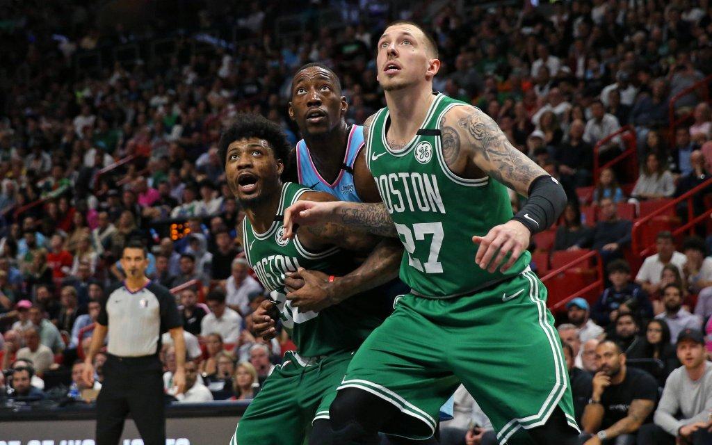Die Celtics Smart (l.) und Theis (r.) iim Duell mit Miamis Adebayo (M.)