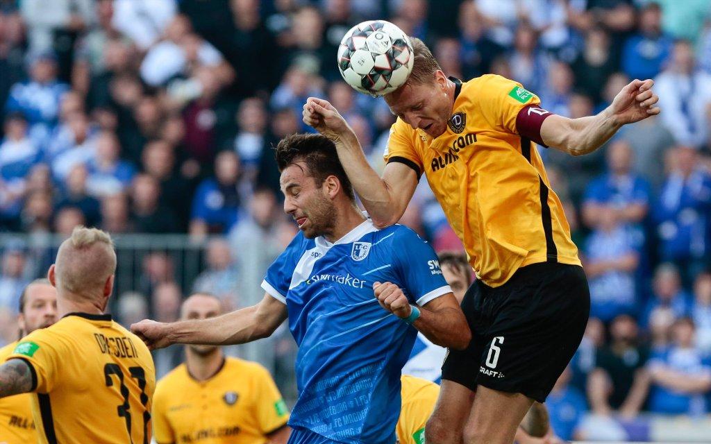 06.10.2018, xtgx, Fussball 2.Bundesliga, 1.FC Magdeburg - Dynamo Dresden emspor, v.l. Christian Beck (Magdeburg, 11), Marco Hartmann (Dresden, 6) Zweikampf
