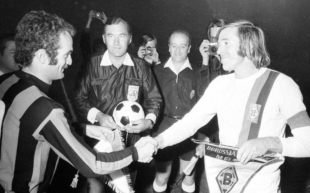 Sandro Mazzola (Inter Mailand) und Günter Netzer (Borussia Mönchengladbach), dahinter FIFA Schiedsrichter Rudolf Scheurer (Schweiz)