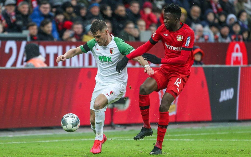 23.02.2020, Fussball, Saison 2019/2020, Bundesliga, 23. Spieltag - Bayer Leverkusen - FC Augsburg, v. l. Florian Niederlechner FC Augsburg, Edmond Tapsoba Bayer Leverkusen