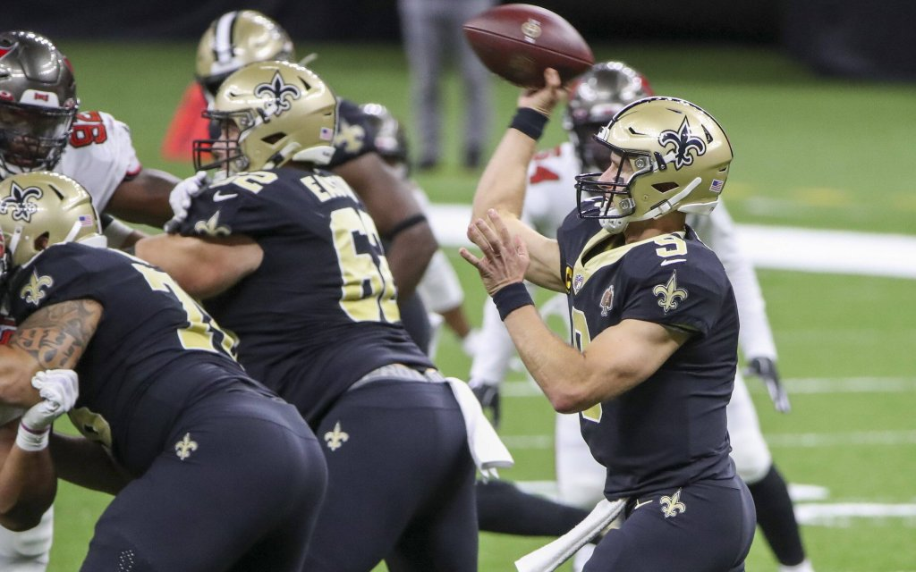 Querback Brees (r.) von den New Orleans Saints mit dem Pass-Play