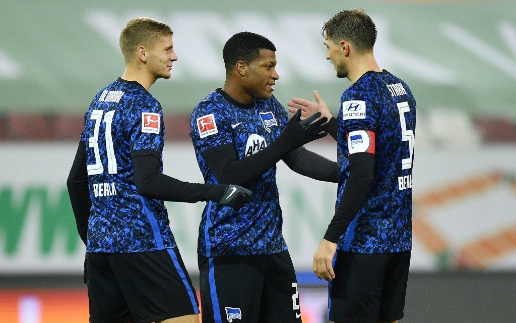 Fussball Schlussjubel v.l. Marton Dardai, Jessie Ngankam, Niklas Stark Hertha Augsburg, 07.11.2020, Fussball, Bundesliga, FC Augsburg - Hertha BSC Berlin 0:3 Augsburg