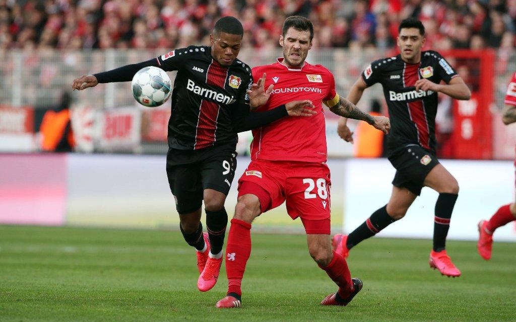 Leon Bailey, Christopher Trimmel / Aktion / Spielszene / Zweikampf / / Fußball Fussball / DFL Bundesliga Herren / Saison 2019/2020 / 15.02.2020 / 1.FC Union Berlin FCU vs. Bayer 04 Leverkusen
