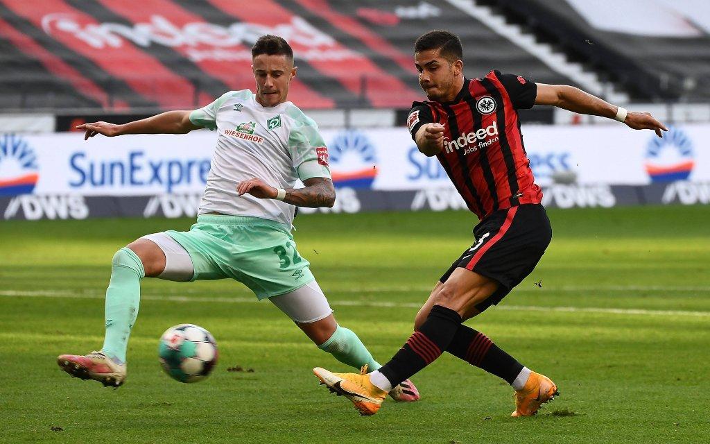 Fussball 1.Bundesliga, Eintracht Frankfurt - Werder Bremen emspor, v.l. Marco Friedl SV Werder Bremen, Andre Silva Eintracht Frankfurt