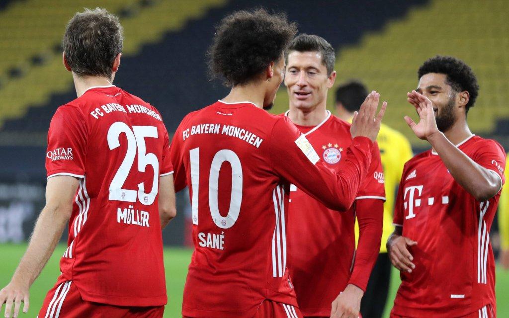 Fussball 1. Bundesliga/ Borussia Dortmund - FC Bayern Muenchen 2:3 Leroy SANE M jubelt ueber sein Tor zum 1:3, Jubel, jubeln, Freude, cheers, Torjubel, mit Thomas MUELLER Müller, M, Robert LEWANDOWSKI M und Serge GNABRY