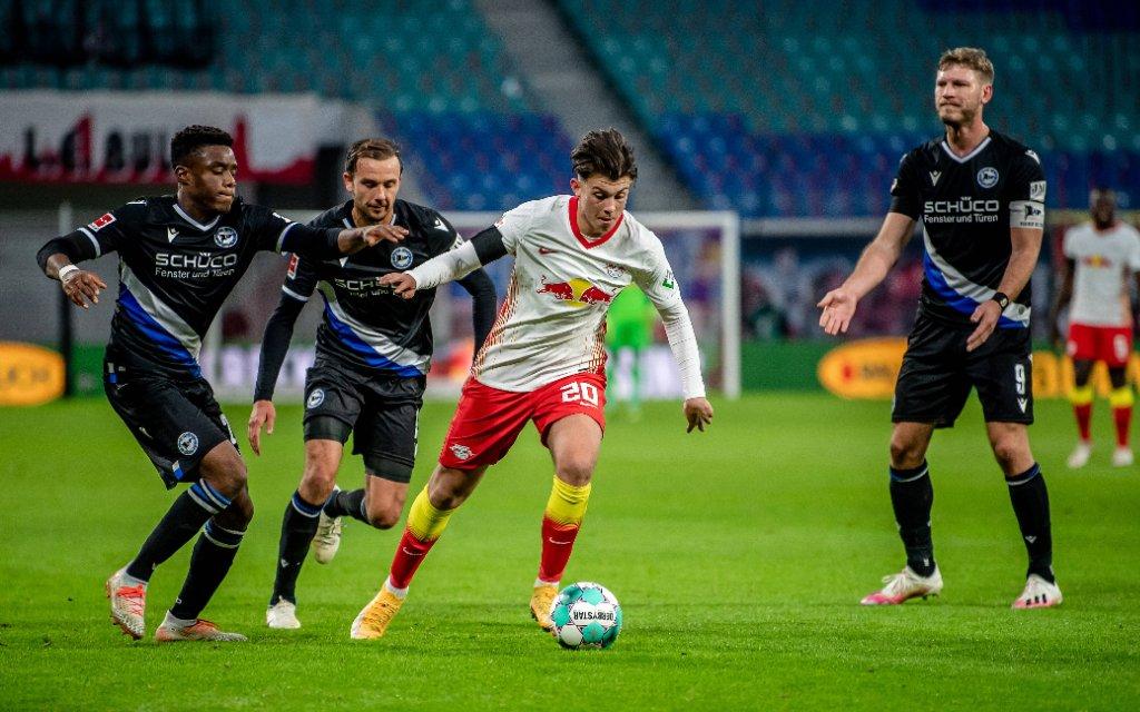 Leipzigs Lazar Samardzic weiss gegen Bielefelds Anderson Lucoqui / 28. November 2020: Leipzig, Red Bull Arena: Fussball 1. Bundesliga, 9. Spieltag