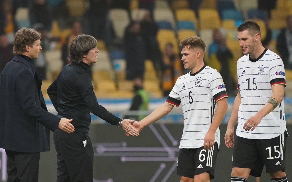 Bundestrainer Joachim Loew Deutschland Germany klatscht mit mit seinem Team nach dem 2:1 Sieg ab - 10.10.2020: Ukraine vs. Deutschland, UEFA Nations League, 3. Spieltag, Olympiastadion Kiew