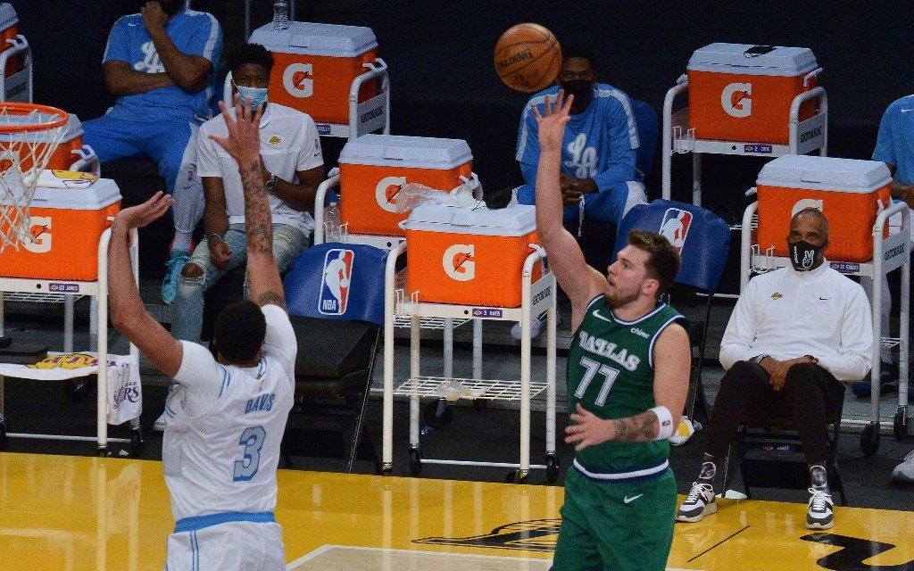 Der Star der Mavericks, Luka Doncic (r.) mit dem Floater über L.A.s Davis (l.) hinweg