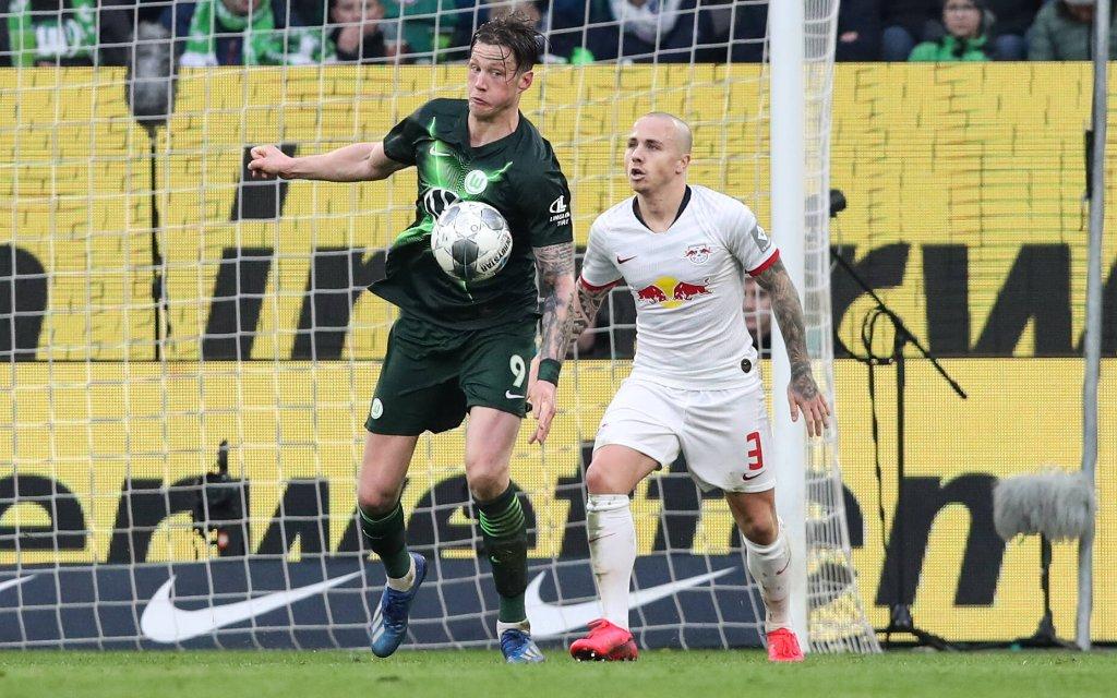 Wout Weghorst VfL Wolfsburg gegen Angelino RB Leipzig - 1 Fussball Bundesliga Saison 2019-2020 Punktspiel VfL Wolfsburg vs. RB Leipzig in der Volkswagen Arena in Wolfsburg