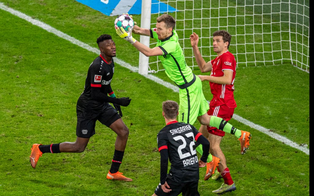 Fußball: 1. Bundesliga, Saison 2020/2021, 13. Spieltag, Bayer 04 Leverkusen gegen FC Bayern München am 19.12.2020 in der BayArena in Leverkusen. Leverkusens Torwart Lukas Hradecky fängt eine Flanke ab.