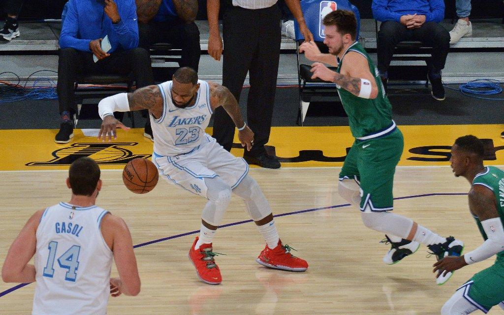 Die Superstars James (2.v.l.) und Doncic (2.v.r.) im ersten Spiel der NBA-Saison