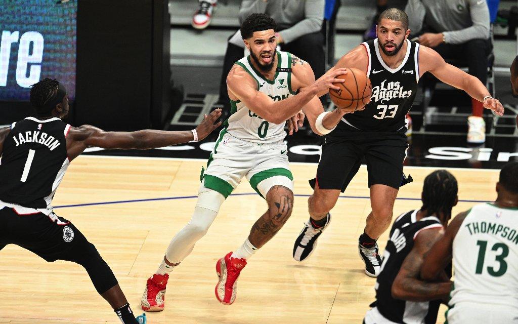Bostons Tatum (M.) mit dem Drive im Spiel gegen die Clippers