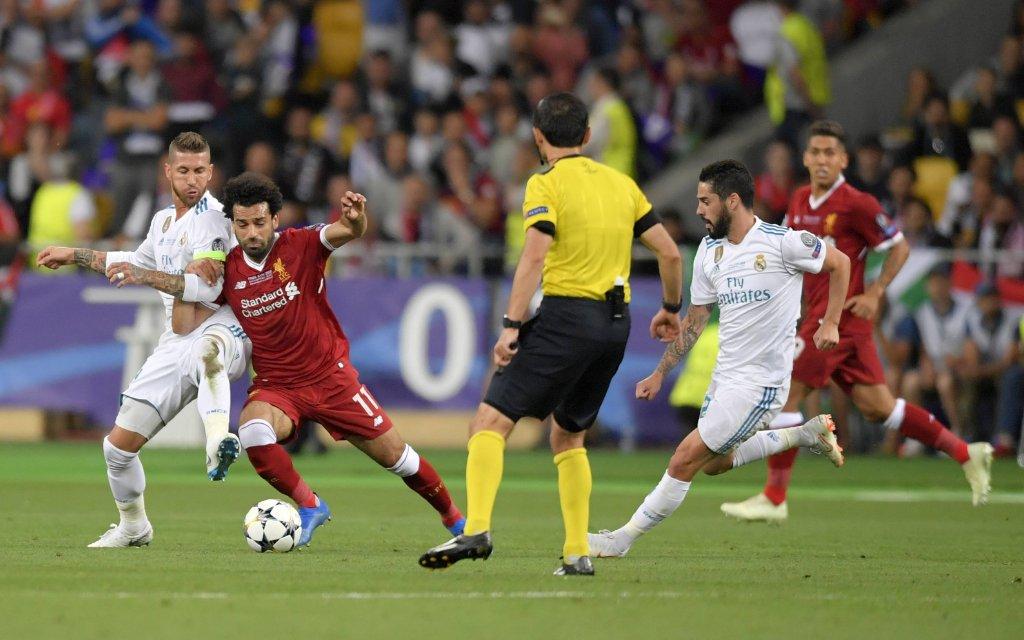 26.05.2018, Fussball UEFA Championsleague Finale 2018, Real Madrid - FC Liverpool, im Olympiastadion Kiew (Ukraine). v.li: Sergio Ramos (Real Madrid) im Zweikampf mit Mohamed Salah (FC Liverpool)