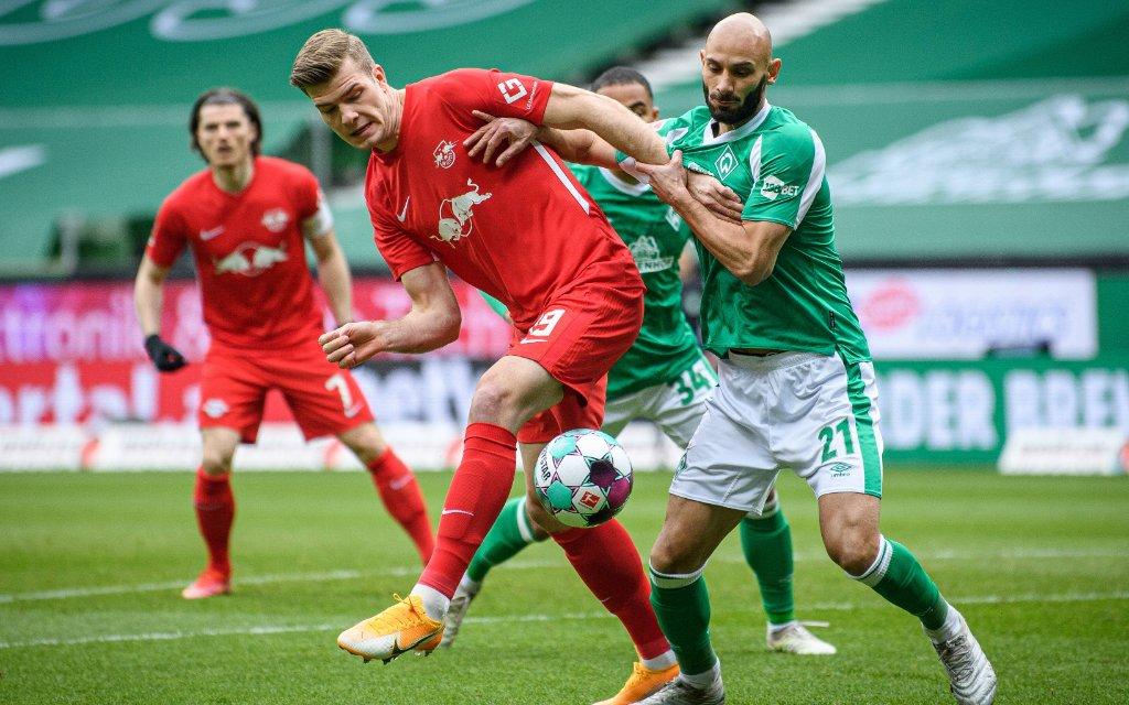 Leipzigs Alexander Soerloth rot gegen Bremens Oemer Toprak / SV Werder Bremen - RB Leipzig 1:4 / 10. April 2021 / Bremen, Weserstadion