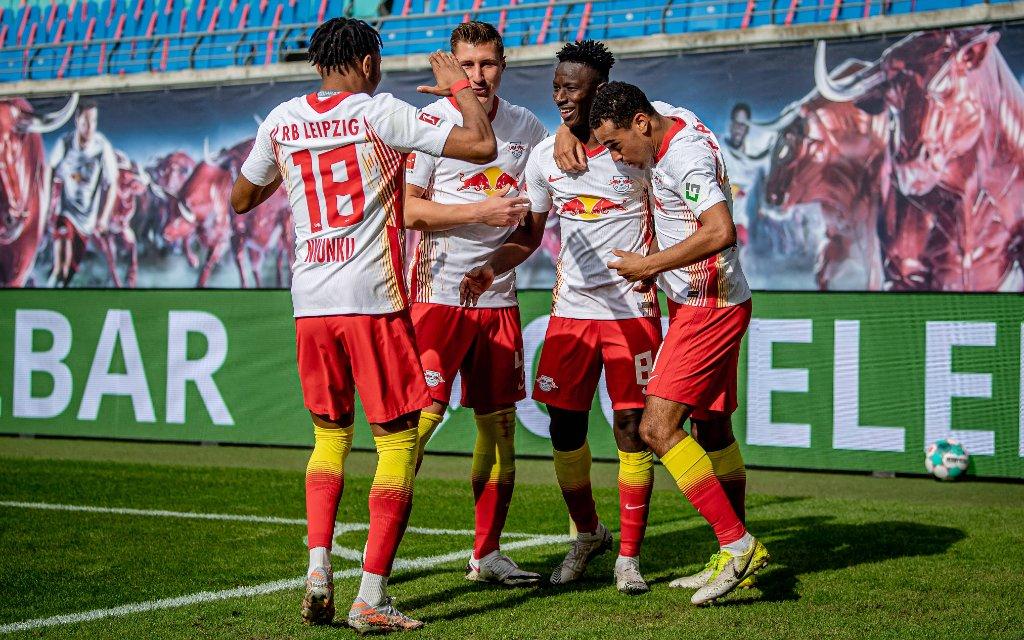 Leipzigs Amadou Haidara jubelt ueber seinen Treffer zum 1:0 mit Christopher Nkunku, Willi Orban und Tyler Adams / RB Leipzig - VfB Stuttgart 2:0 / 25. April 2021