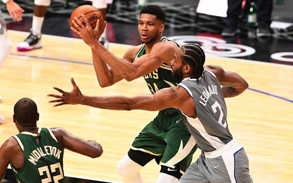 Spielt bisher eine solide Serie: Bucks MVP Antetokounmpo (M.)