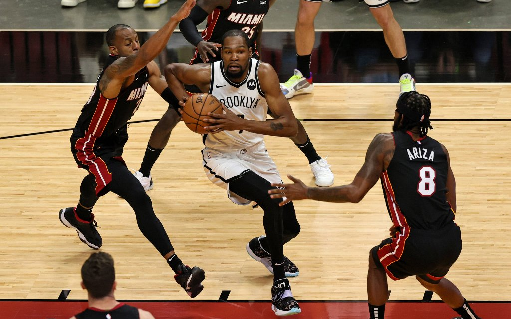 Brooklyns Durant (M.) mit dem Zug zum Korb gegen die Defense der Heat