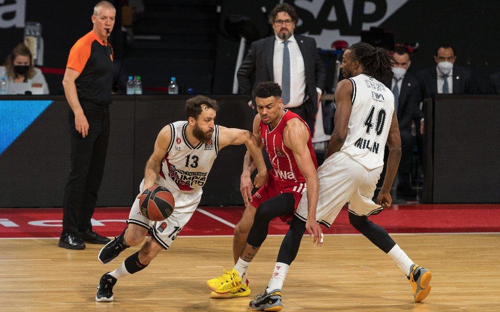 Olimpia Mailands Leistungsträger Rodriguez (l.) gegen Bayerns Baldwin (M.)