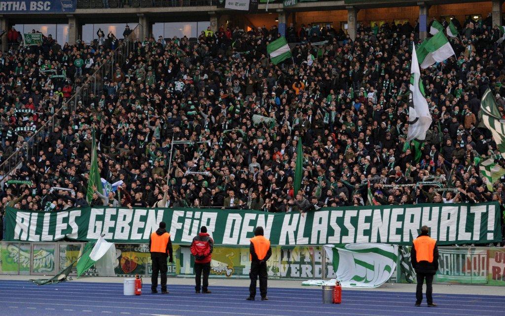Bremer Fans hoffen auf den Klassenerhalt, Ultras, Zuschauer, Fussball 1. Bundesliga, 25. Spieltag, Hertha BSC Berlin