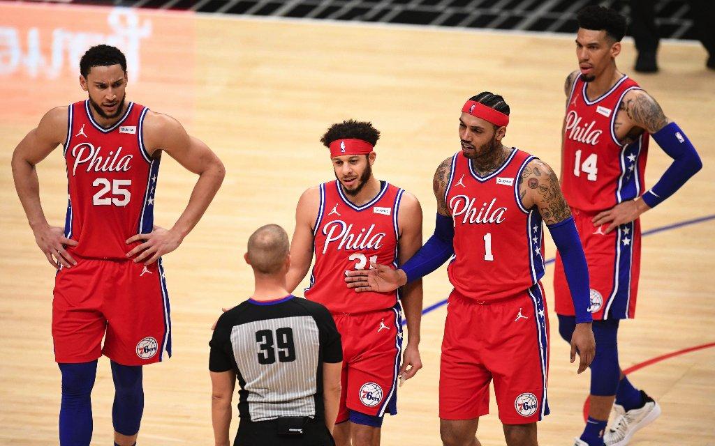 Nach Spiel 1 schon unter Druck: Die 76ers um All-Star Simmons (l.)