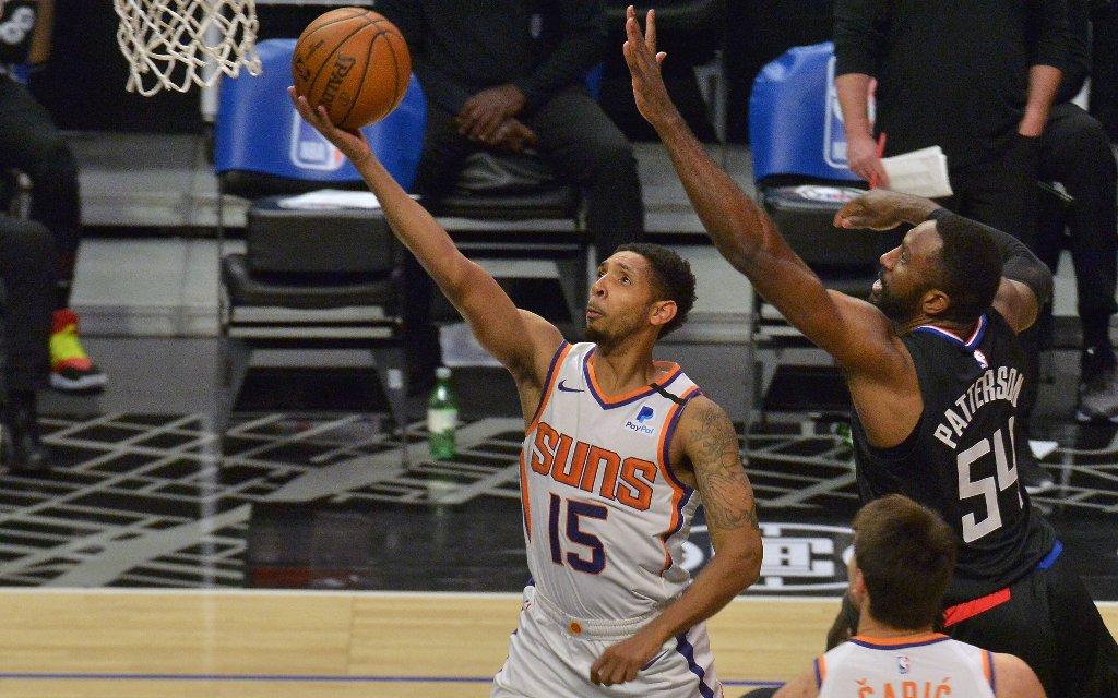 Phoenix' Payne (l.) mit dem Layup im Spiel gegen die Clippers