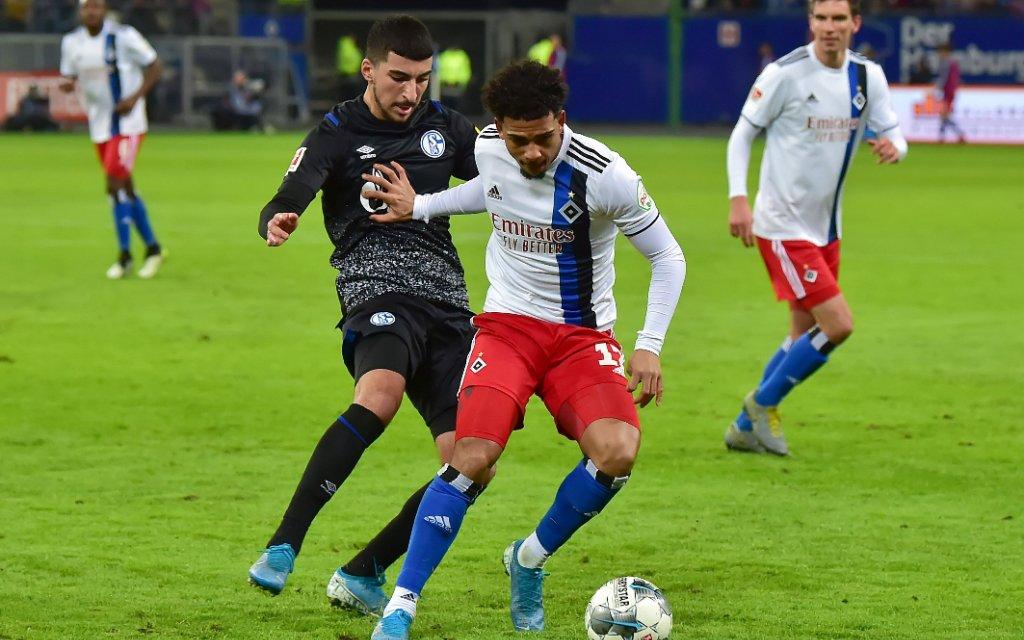 Hamburg, Deutschland 10. Januar 2020: Testspiel - 19/20 - Hamburger SV vs. FC Schalke 04 v. li. im Zweikampf Nassim Boujellab Schalke und Xavier Amaechi HSV