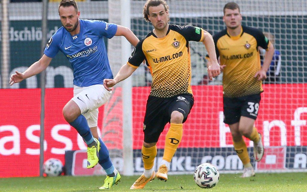 Rostock mit Pascal Breier (li.) gegen Dresden mit Yannick Stark in Dresden am 04.04.2021 im Rudolf-Harbig-Stadion in der 3. Liga am 30. Spieltag.