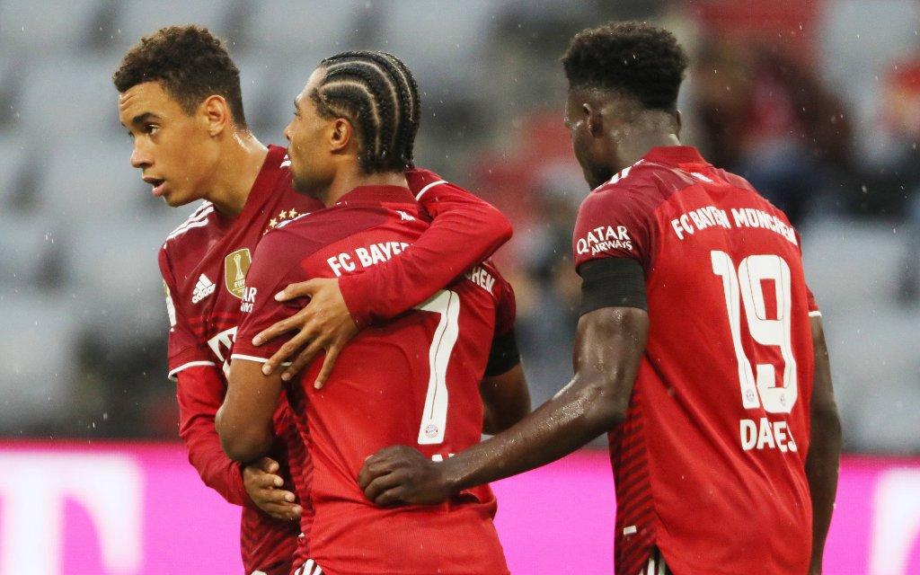 Bundesliga 2. Spieltag FC Bayern München - 1. FC Köln Jamal Musiala und Serge Gnabry, rechts Alphonso Davies München Bayern Allianz Arena
