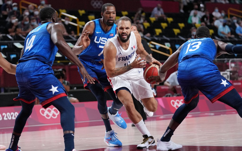 Frankreichs Fournier (2.v.r.) im Duell gegen die NBA-Superstars Green, Durant und Adebayo (v.l.n.r.)