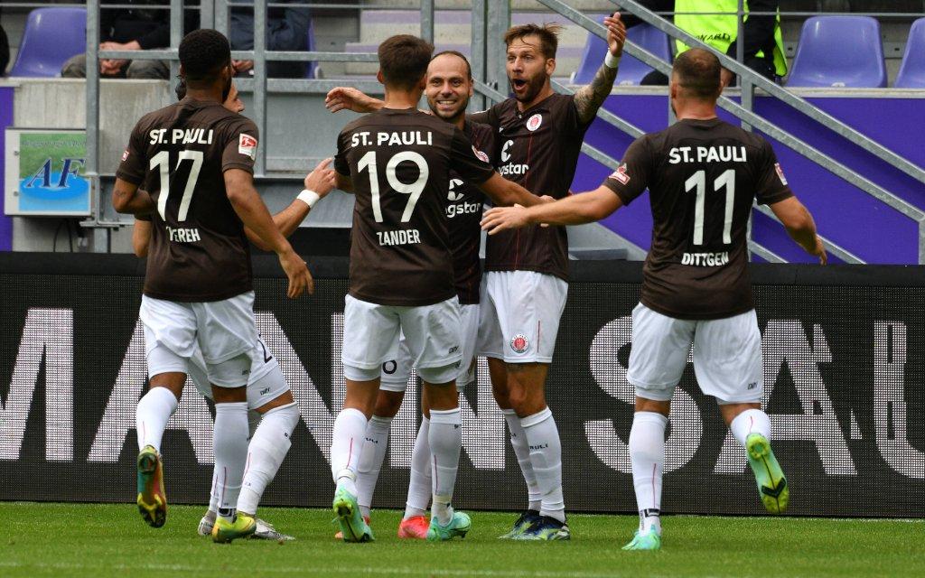 Guido Burgstaller FC St. Pauli Mitte erzielt das 1:0, es wurde spaeter aberkannt, FC Erzgebirge Aue vs. FC St. Pauli, Fussball, 2. Bundesliga, 01.08.2021