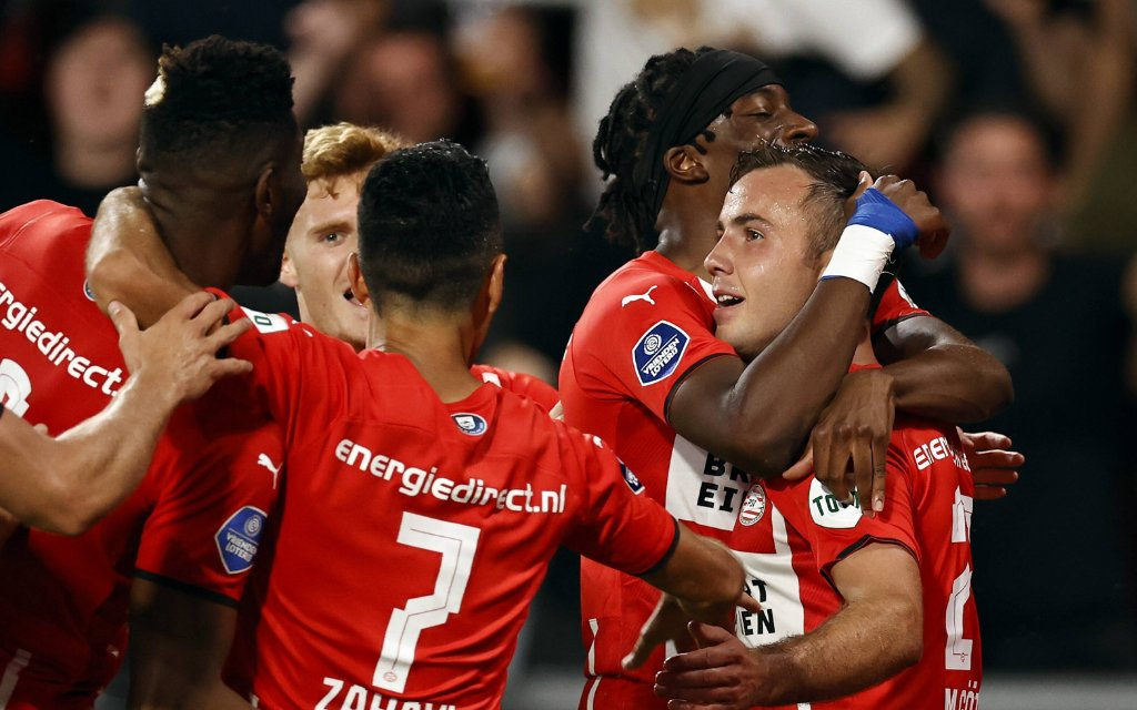 EINDHOVEN - lr Ibrahim Sangare of PSV Eindhoven, Yorbe Vertessen of PSV Eindhoven, Eran Zahavi of PSV Eindhoven, Noni Madueke of PSV Eindhoven, Mario Gotze of PSV Eindhoven celebrate the 3-1 during the Champions League qualifying match between PSV Eindhoven and Galatasaray SK at the Phillips Stadium on July 21, 2021 in Eindhoven