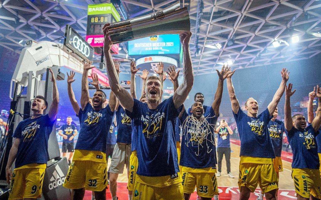 Die Mannschaft von ALBA Berlin nach dem Titelgewinn 2021 der BBL