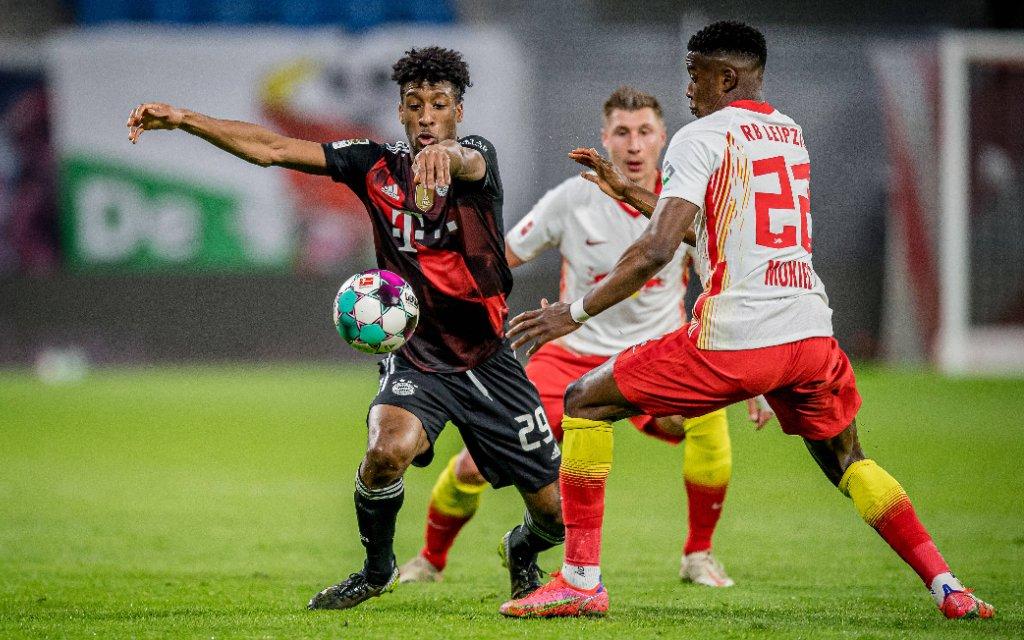 Leipzigs Nordi Mukiele und Willi Orban weiss gegen Muenchens Kingsley Coman / RB Leipzig - FC Bayern Muenchen 0:1 / 3. April 2021: Leipzig, Red Bull Arena