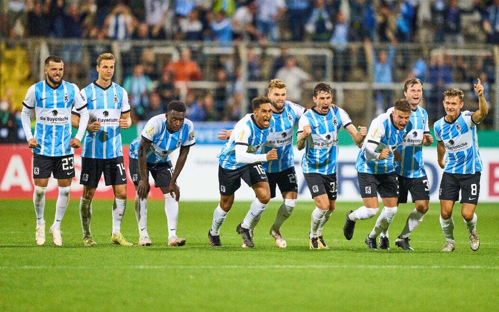 TSV team celebrate the victory: Kevin Goden, TSV1860 16 Yannick Deichmann, TSV1860 Nr.20 Philipp STEINHART, TSV 36 Niklas LANG, TSV1860 3 Richard Neudecker, TSV1860 Nr.31 Erik Tallig, TSV1860 Nr.8 in the match TSV 1860 MUENCHEN - SV DARMSTADT 98 6-5 n. Elfmeterschiessen