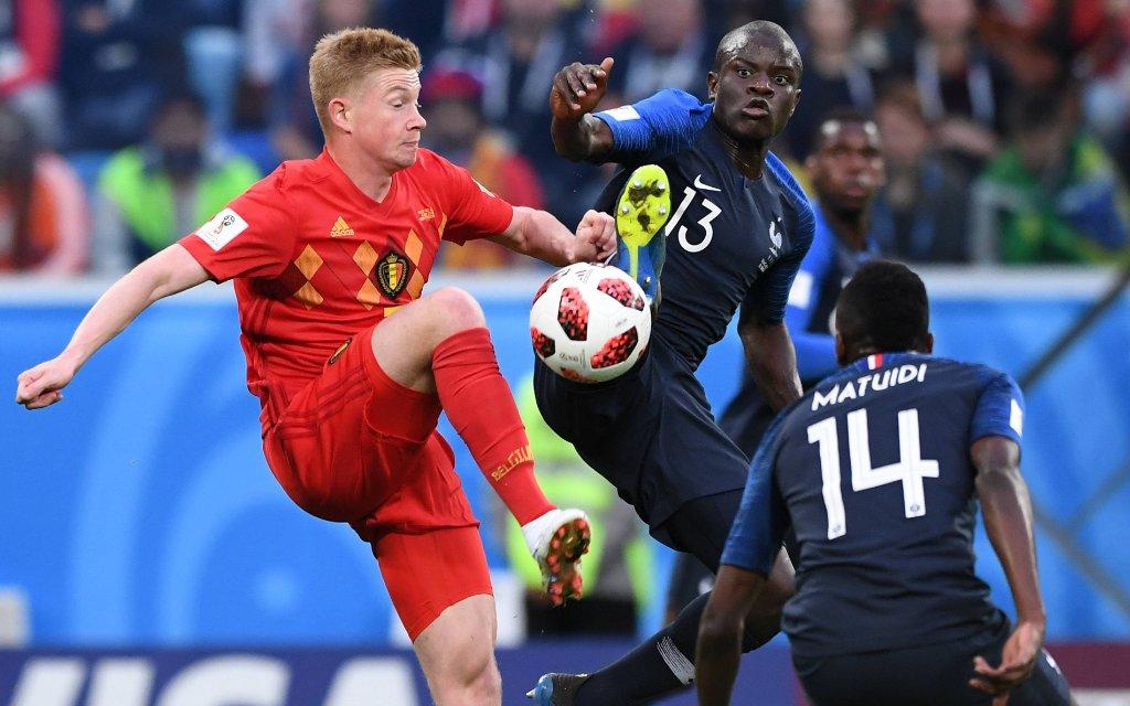 FUSSBALL WM 2018 Halbfinale ------- Frankreich - Belgien 10.07.2018 Kevin De Bruyne (li, Belgien) gegen N Golo Kante (re, Frankreich)