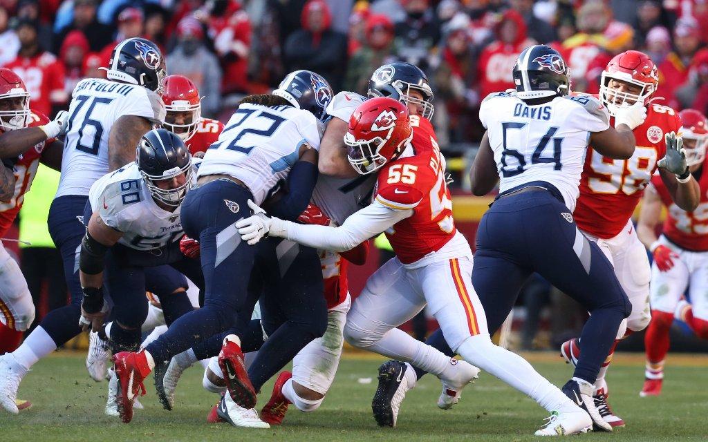 Kann Titans Running-Back Henry (5. v. l.) sich gegen die Defense der Chiefs behaupten?