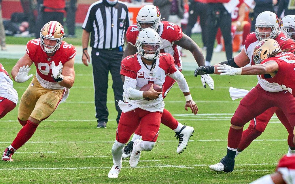 Arizonas Quarterback Murray (M.) mit dem Run im Spiel gegen die San Francisco 49ers