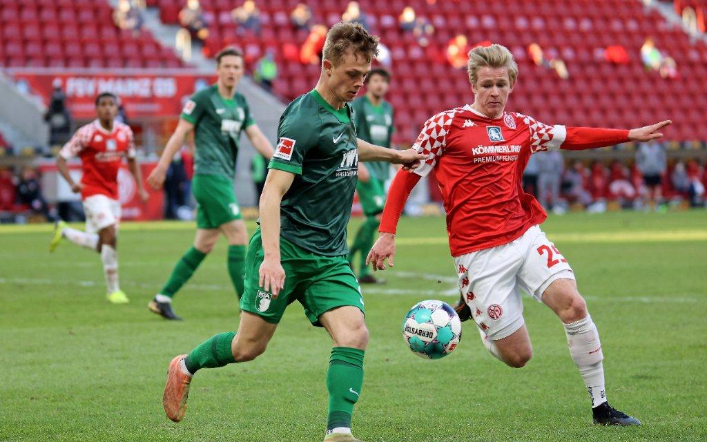 Mainz, Deutschland 28. Februar 2021: 1. BL - 2020/2021 - FSV Mainz 05 vs. FC Augsburg v. li. im Zweikampf Robert Gumny Augsburg gegen Jonathan Burkardt Mainz.